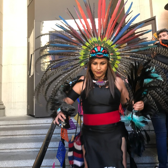 Mujer danzante que participó en la ceremonia de Día de Muertos en el Museo del Indio Americano de la Ciudad de Nueva York.