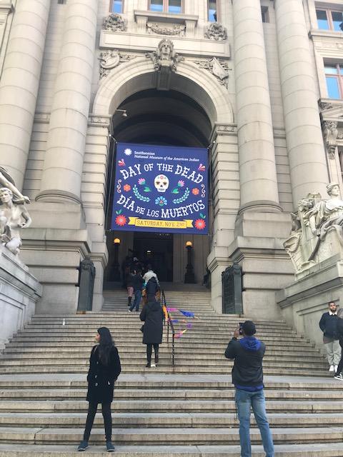 Niños, jóvenes y personas mayores se animaron velozmente a formar parte por un momento del círculo de los danzantes Mexicas en el Museo del Indio Americano de la Ciudad de Nueva York.