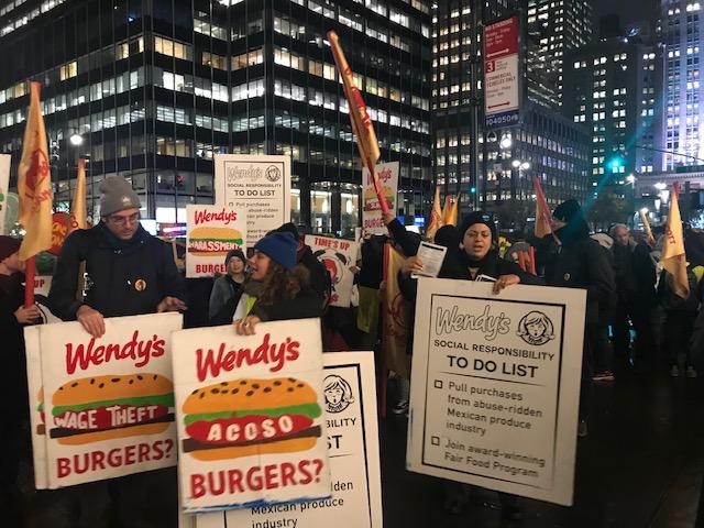 El contingente de trabajadores de la CIW y sus aliados, estudiantes, gente de fe, y trabajadores de otros gremios marcharon bajo la llovizna por las céntricas calles y avenidas de Manhattan, con cantos y consignas alusivas a la lucha de los trabajadores y la avaricia de la corporación propietaria de Wendy's.