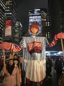 Con la figura de la joven pecosa de trenzas que simboliza a Wendy's como estandarte de la marcha los manifestantes recorrieron Park Avenue en el centro de Manhattan.