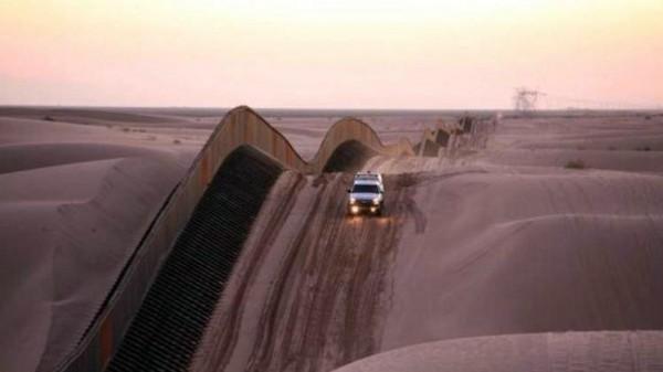 Frontera de California a lo largo de las dunas de arena de Algodones (BC). Foto: CALmatters.