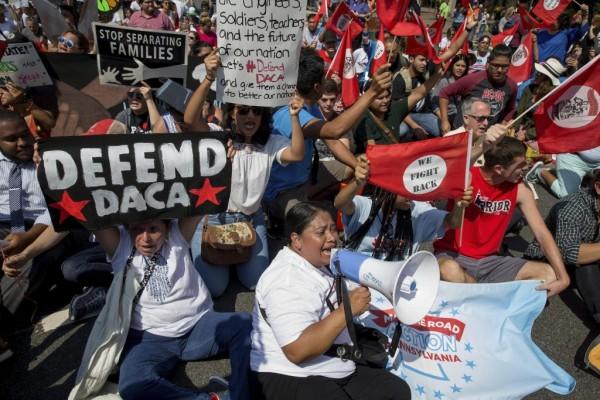 En Pensilvania una nutrida movilización de inmigrantes protesta ante el edificio federal contra los planes de la administración Trump para deshacerse de DACA. Foto: Impacto Latino.