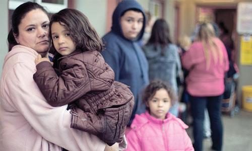 Familia desamparada viviendo en las calles. Foto: www.homelessshelterdirectory.org.