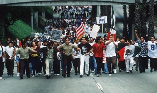 Las leyes estatales que intentaban regular la inmigración se pusieron de moda en varios estados durante la última década, pero la abuela de todos ellos fue la Proposición 187 de California, aprobada en 1994 del entonces gobernador Pete Wilson.  Los Ángeles. Foto: www.maldef.org.