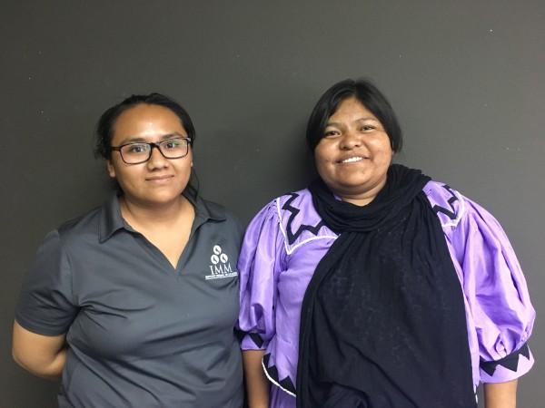 Adriana, juarense mixteca, junto a su amiga Rosalinda, una migrante rarámuri que busca abrirse paso en Cd. Juárez.