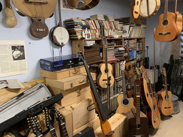 Una de las habitaciones de la casa de don Cipriano Vigil, convertida en taller de instrumentos musicales.