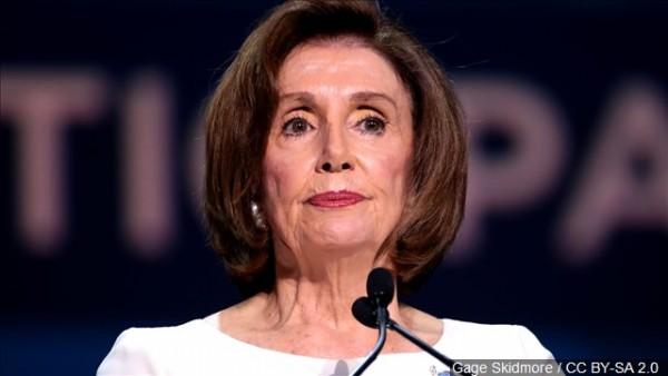 La Presidente de la Cámara de Representantes, la demócrata Nancy Pelosi tras anunciar que comenzaron a redactarse los artículos de acusación para la remoción de poder del presidente Trump. Foto: www.waaytv.com.