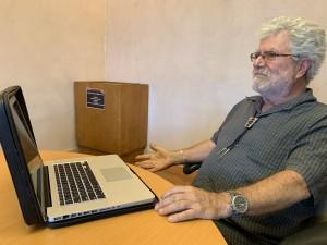Profesor Enrique Lamadrid, en su mesa de trabajo.