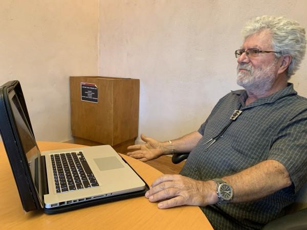 Profesor Enrique Lamadrid, en su mesa de trabajo. Foto: Samuel Orozco.