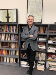 Roberto Martínez, historiador oficial de Nuevo México en su oficina de Santa Fe.