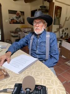 Roberto Mondragón, en su Adobe en Santa Fe, Nuevo México.