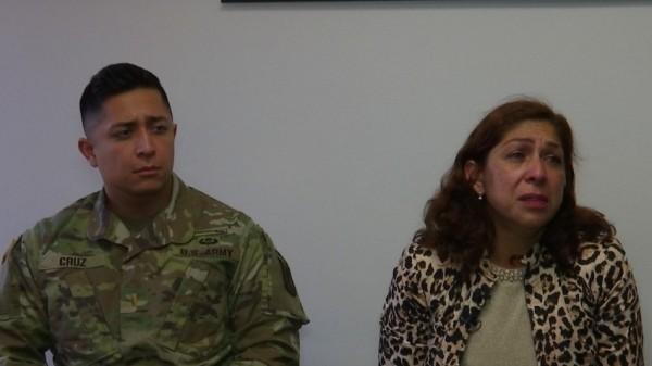 Gibram Cruz es un oficial de inteligencia del Ejército de Estados Unidos viajó desde su base militar en Arizona para pasar unos días con su madre, Rocío Rebollar Gómez, quien tiene una orden deportación para dejar el paíd el 2 de enero de 2020. Foto: nbctvsd.com