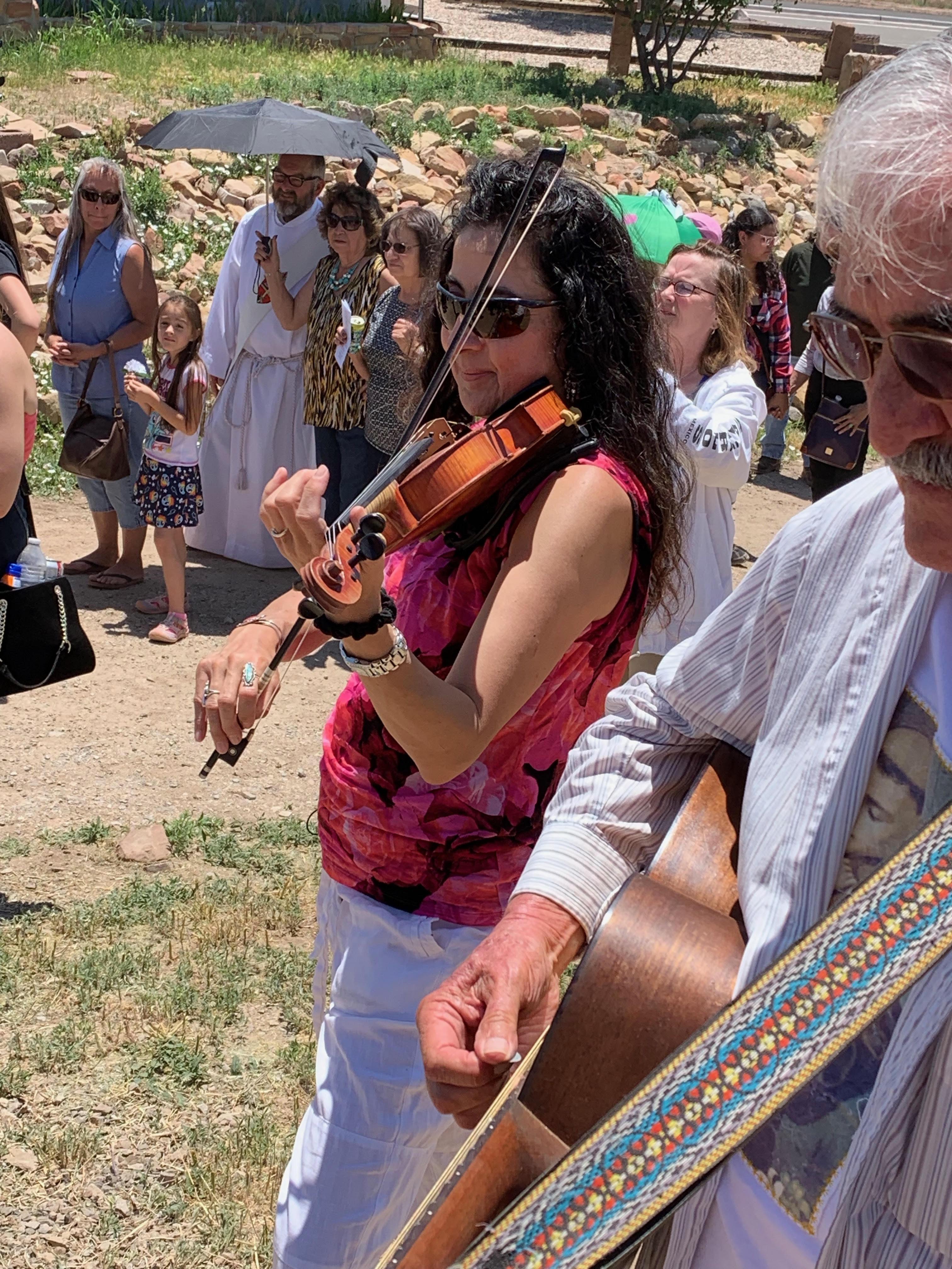 Ángela Pérez, tocando violín en una procesión. Foto: Samuel Orozco.