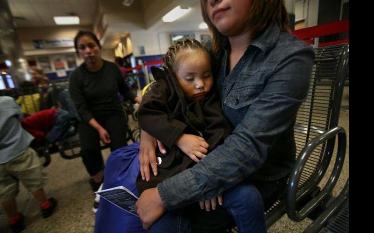 Janet Pérez de Guatemala sostiene a su hija, Ariana, de 3 años, después de ser liberada del Centro Residencial Familiar del Sur de Texas en Dilley. Foto: GSR / Nuri Vallbona / www.ncronline.org.