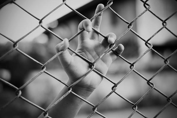 El grupo de Médicos por los Derechos Humanos está exigiendo que el Departamento de Seguridad Nacional libere a las familias inmigrantes con bebés retenidos en sus instalaciones en Dilley, al sur de San Antonio. Foto: www.sacurrent.com.