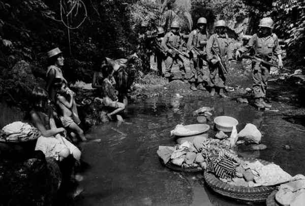 El Batallón de Despliegue Rápido Atlacatl, formado en marzo de 1981 bajo la guía de asesores militares estadunidenses, se muestra aquí patrullando la zona de Usulután, El Salvador, en 1983. Foto: http://peacehistory-usfp.org.
