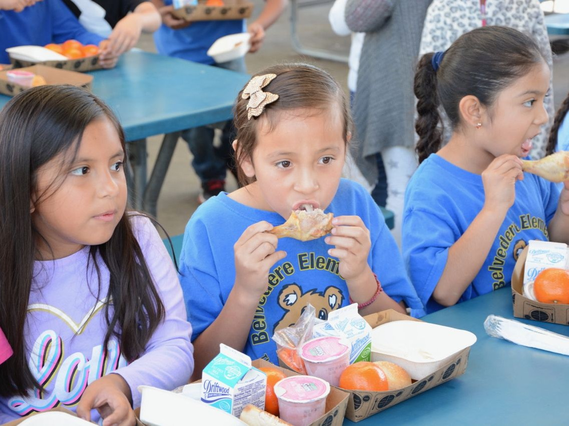 """La nueva regla de """"carga pública"""" de la administración Trump perjudicará las solicitudes de remisión permanente de inmigrantes que han recibido beneficios públicos como Medi-Cal y cupones de alimentos durante más de 12 meses en los últimos 36 meses."""