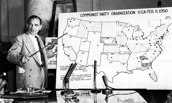 """El senador Joe McCarthy identifica una supuesta red comunista en una audiencia en junio de 1954. El """"macartismo"""" tuvo más efecto en la política exterior que en la política interna. Foto: http://peacehistory-usfp.org."""