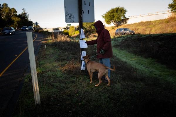 Se requiere que el Departamento de Transporte de California publique avisos de limpieza antes de limpiar los campamentos de personas sin hogar en la propiedad estatal. Los defensores de las personas sin hogar dicen que la agencia no siempre cumple con las reglas y está demandando al estado por las pertenencias incautadas (Anna Foto: Maria Barry-Jester / California Healthline.