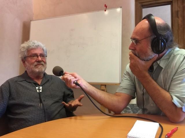 Samuel Orozco entrevistando a Roberto Mondragón en Santa Fe. Foto: Daniel Sheehy.