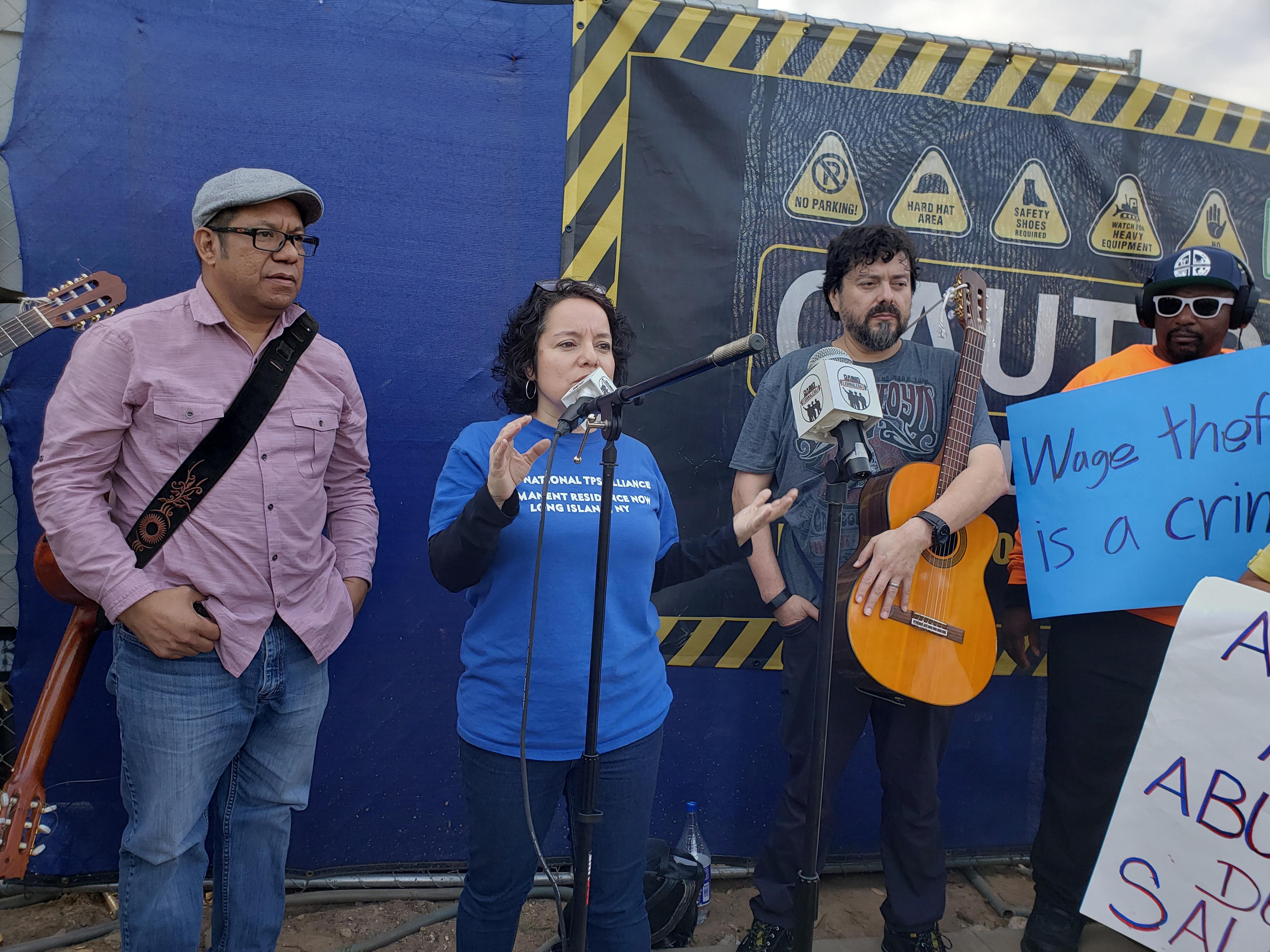 Nadia Marín Molina –al micrófono-, abogada laboral y dirigente de la Red Jornalera.