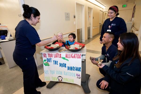 En uno de sus últimos días antes de ser dado de alta en febrero de 2019, Abraham recibió galletas para despedirse del personal del hospital que le había encantado. Foto: UCLA.