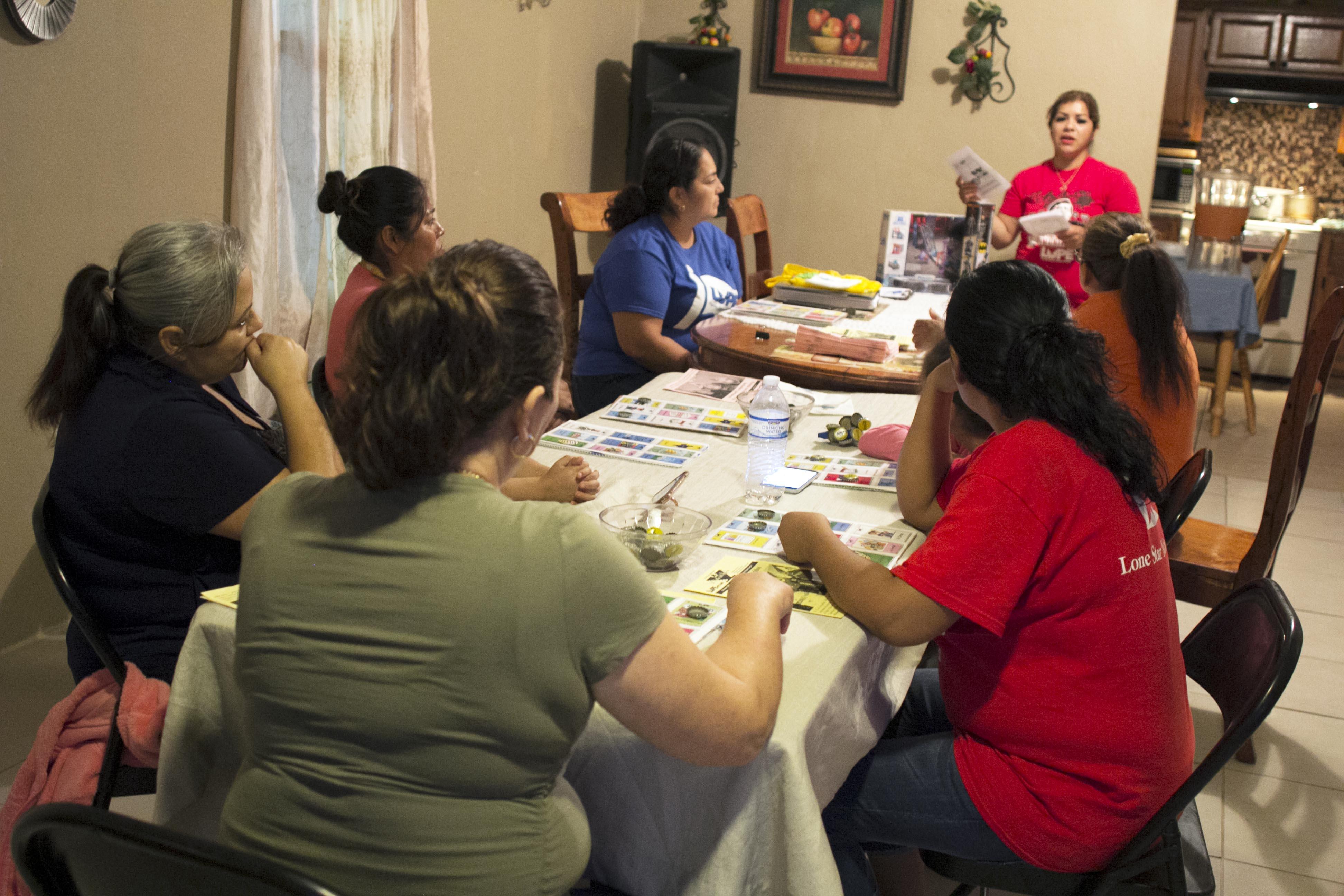 Yadira  González canta las cartas de Censo Lote, en una recepción en su casa.