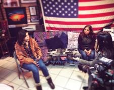 Yolanda Varona explica a los medios sobre su proyecto para ayudar a madres deportadas.