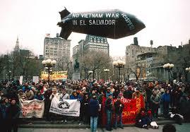 Salvadoreños protestan contra la intervención estadunidense en su país, durante una manifestación en Union Square, la histórica plaza de la ciudad de Nueva York donde iniciaron las mayores movilizaciones masivas contra la Guerra de Vietnam. Foto: http://peacehistory-usfp.org.