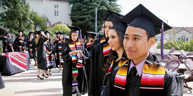 Estudiantes latinos graduados de una universidad en Sacramento. California. Foto: http://accesslocal.tv.