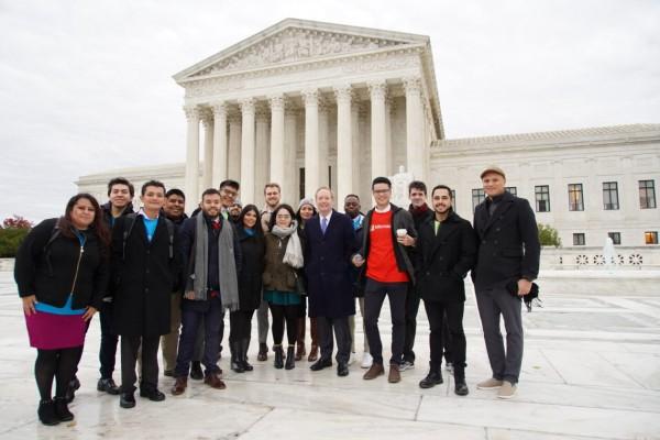 El presidente de Microsoft, Brad Smith posa en la Corte Suprema con los empleados que viajaron a Washington, DC, en apoyo a la continuación de DACA. Foto: Thierry Humeau/Microsoft.