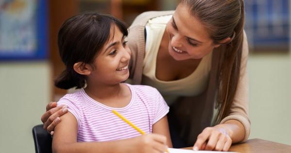 Los maestros pueden ayudar a los estudiantes de hogares de bajos ingresos. Foto: www.education.cu.edu.