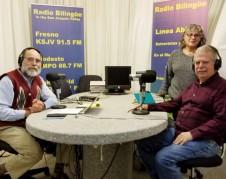 Samuel Orozco, María Eraña y Juan Arámbula, Fundador, Primera Productora y Primer Conductor de de Línea Abierta, en los estudios de Radio Bilingue en Fresno California. Foto: José Morán.