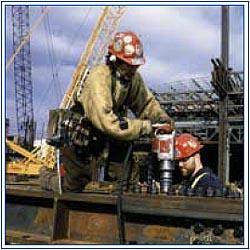 Trabajador latino de la construcción corriendo altos riesgos en un sitio de trabajo en la ciudad de Nueva York. Foto: OSHA