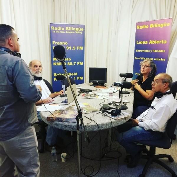 Conduciendo un programa de entrevista en Línea abierta, Samuel Orozco y María Eraña (ex producutora de Línea), con invitados en los estudios de Radio Bilingüe en Fresno, California.