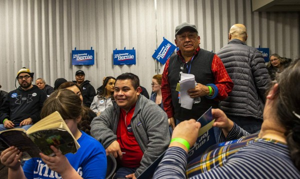 En una de las asambleas comunitarias electorales de Iowa, latinos apoyan a Bernie Sanders. Foto: The Gazette.