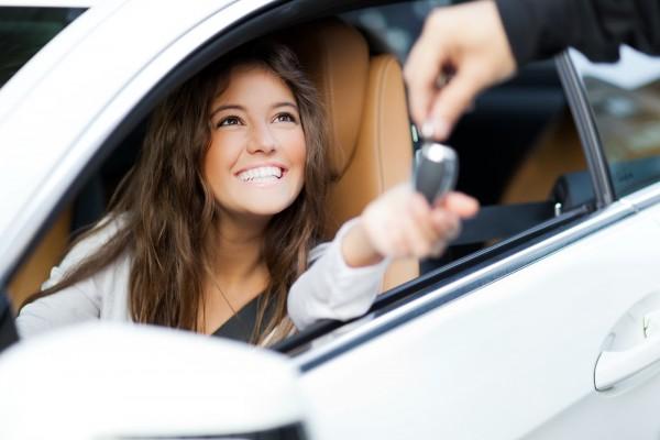 Conductora en Virginia, recibiendo las llaves de un auto tras obtener su primera licencia de conducir. Foto: tingenwilliams.com.