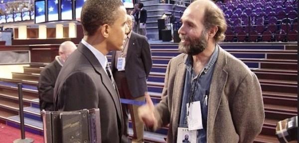 Barack Obama charla con Samuel Orozco durante la Convención Nacional Demócrata en Boston, Massachusetts en 2004.