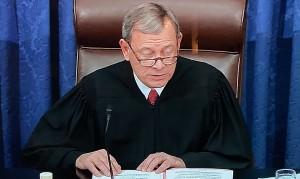 El máximo magistrado de la Suprema corte de Justicia de la nación, John Roberts absolviendo a Trump del impeachment.