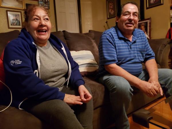 Josefina y Jaime Ramírez sentados en el sillón de su casa, comparten con Noticiero Latino cómo han lidiado con sus problemas médicos.