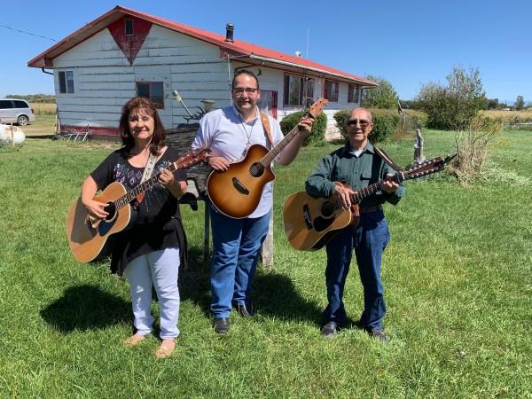 Rosa López, Rubén Domínguez y don Salomón López, en su rancho junto a las montañas de Sangre de Cristo, en San Antonio, Colorado.