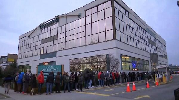 Líneas de inmigrantes solicitando licencias de conducir en el DMV de Whitestone, en Queens, Nueva York, al entrar en vigencia la Ley de Luz Verde. Foto: www.spectrumlocalnews.com.