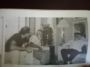 Ernesto Cardenal (de frente), escucha al poeta panameño José de Jesús Martínez, conocido como Chuchú, de barba blanca también. En la Casa de Rogelio Rosas en Panamá.