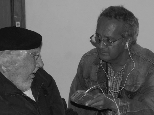 Ernesto Cardenal siendo entrevistado por Raúl silva en el Jardín Borda de Cuernavaca Morelos en 2014. Foto: Natalia Correa.