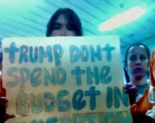 Detenidas demandan a Trump que escuche su demanda.