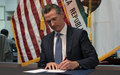 El gobernador de california, Gavin Newsom firmando la orden 'Quedate en Casa'. Foto de la página oficial del gobernador.