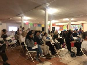 Comunidad, artistas y familiares del vecindario en el Este de Los Ángeles escuchando la presentación del libro SaludArte en el salón de La Casa Del Mexicano, celebraron los temas inspirados por los artistas.