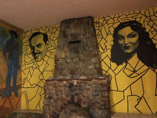 """La celebración del libro """"SaludArte"""" tomó lugar en La Casa del Mexicano, en Boyle Heights, en pleno corazón del Este de Los Ángeles, donde sus paredes están adornadas con imágenes de actores y actrices mexicanos, como los que aparecen aquí: Pedro Infante y María Félix """"La Doña""""."""