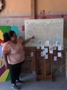Juana Mena Ochoa, artista impartiendo un taller de Justicia Restaurativa en Boyle Heights. Su tejido en forma de 'quilting' ha servido como terapia para la comunidad.