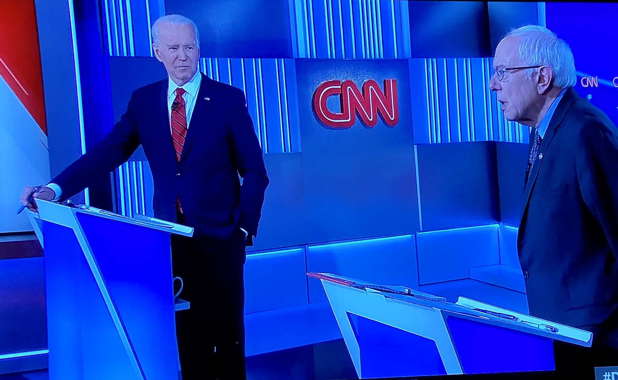 Joe Biden y el senador por Vermont, Bernie Sanders en pleno debate.